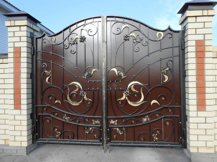 Стильные металлические ворота с необычными кованными элементами.