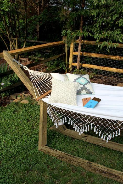 Гамак с деревянным каркасом, который станет идеальным местом для отдыха под открытым небом.