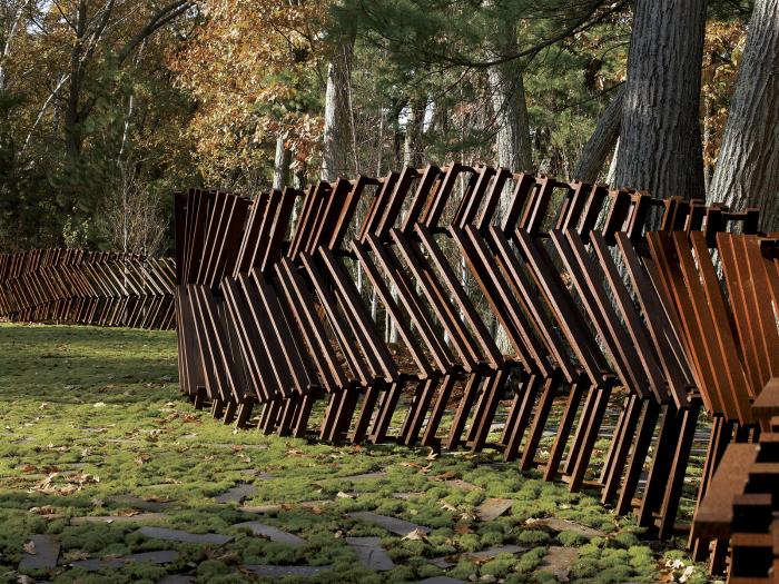 Забор из деревянного штакетника - идеальное решение для правильного зонирования пространства на территории участка.