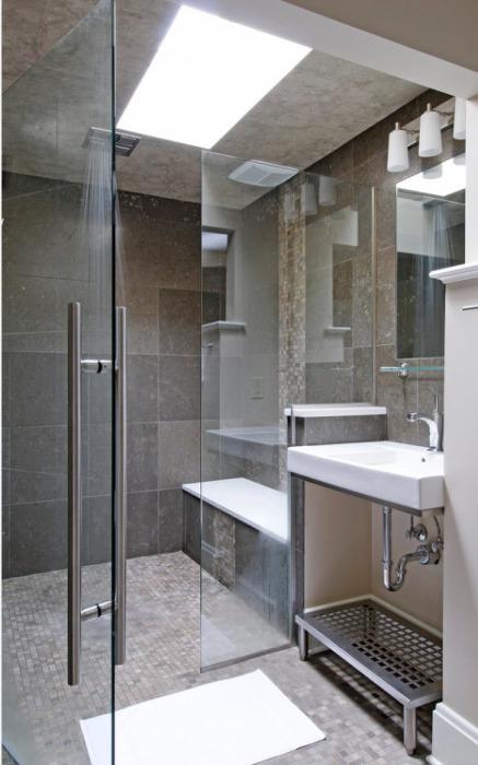 Равномерное освещение и светлые оттенки ванной комнате способно визуально увеличить помещение.