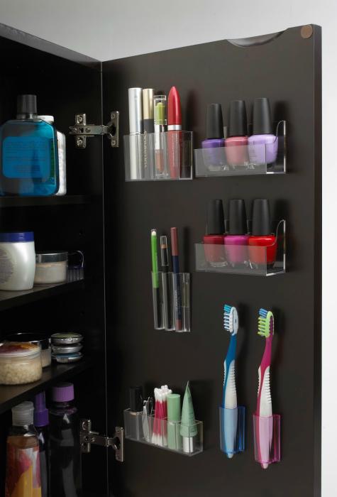 Небольшие органайзеры из прозрачного пластика для косметики, зубных щеток и других мелочей можно разместить на дверце шкафчика в ванной комнате.