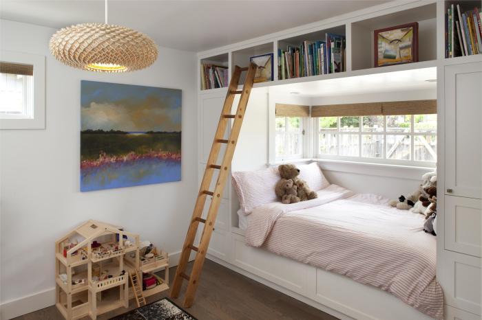 Для того чтобы в спальную зону попадал естественный свет, её можно разместить у окна.