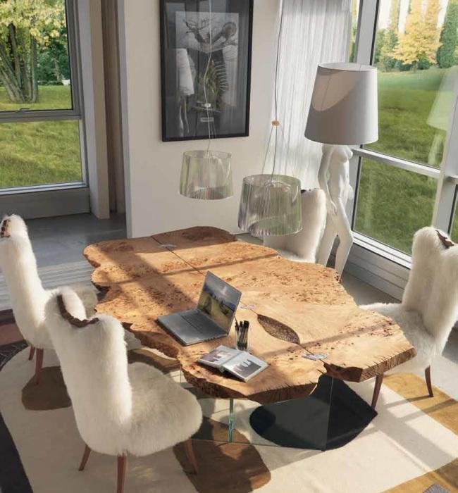 Лакированный столик из цельного массива древесины с простой и лаконичной конструкцией ножек для декора домашнего офиса.