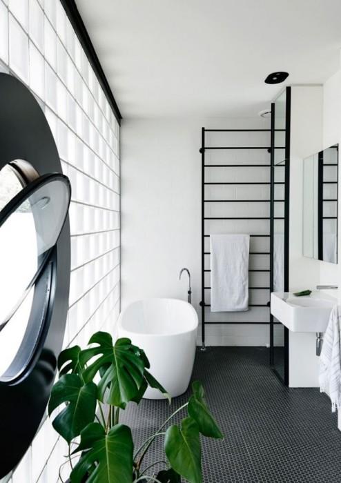 Металлическая сушилка для полотенец должна находится рядом с ванной.