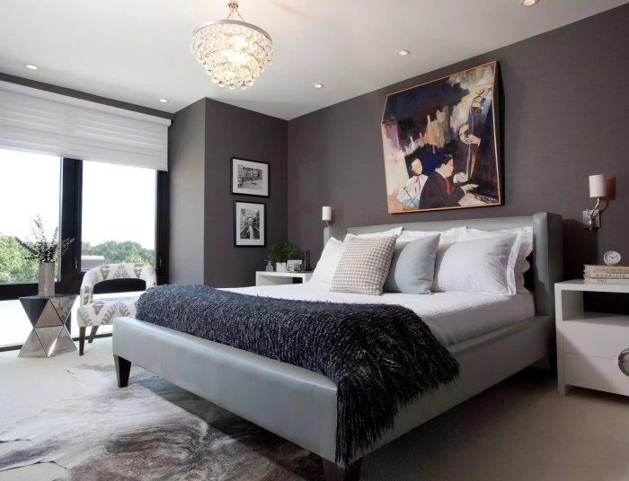 Еще один вариант спальной комнаты в темных тонах, но с яркими акцентами.