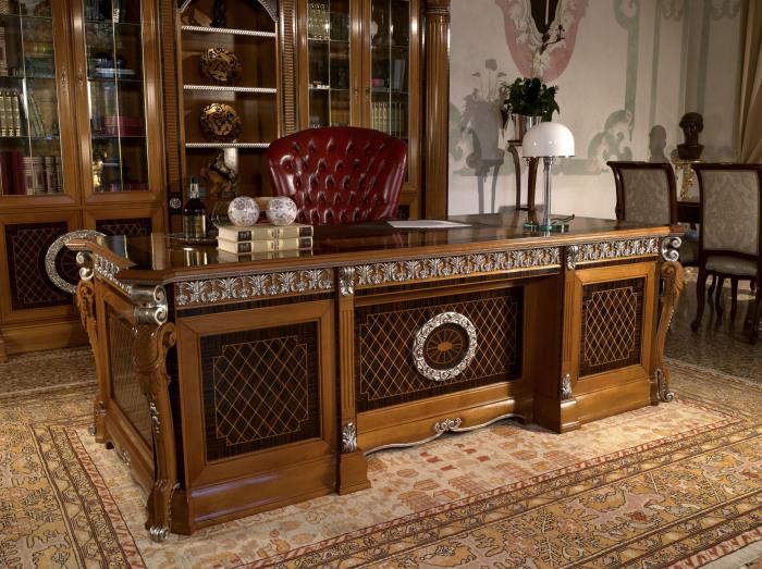 Оригинальный итальянский стол ручной работы из цельного массива древесины.