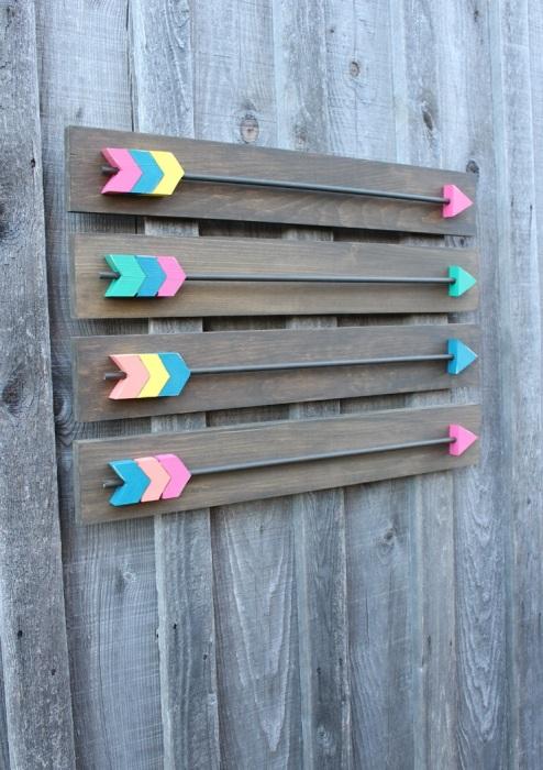 Разноцветные стрелочки из дерева показывающие направление.
