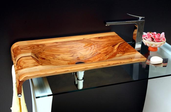Раковина из цельного куска древесины, которая отлично впишется в интерьер ванной комнаты.