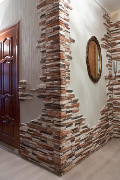 Стены оформленные декоративным каменным кафелем.