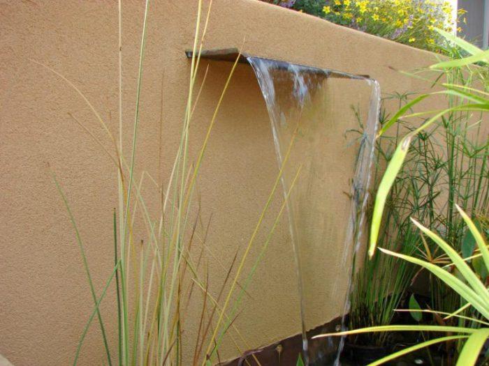 Водопад, спроектированный для полива растений.