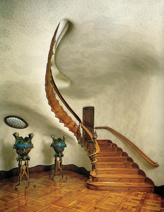 Фантастическая лестница из натуральных материалов максимально эргономична и достаточно проста в уходе.