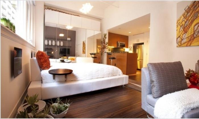 Большое количество зеркал в спальной комнате, которые позволяют визуально расширить пространство.