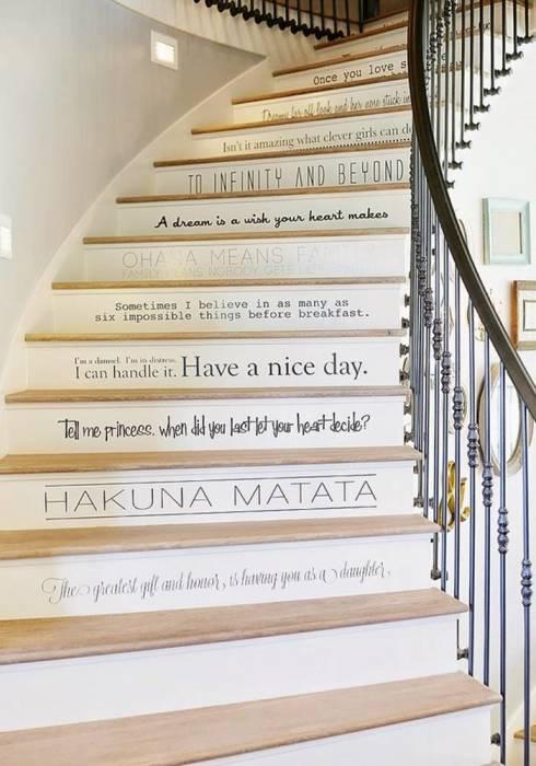 Оригинальная идея украсить ступеньки деревянной лестницы интересными надписями.