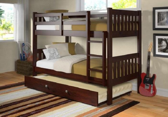 Классическая двухъярусная кровать из темного дерева.