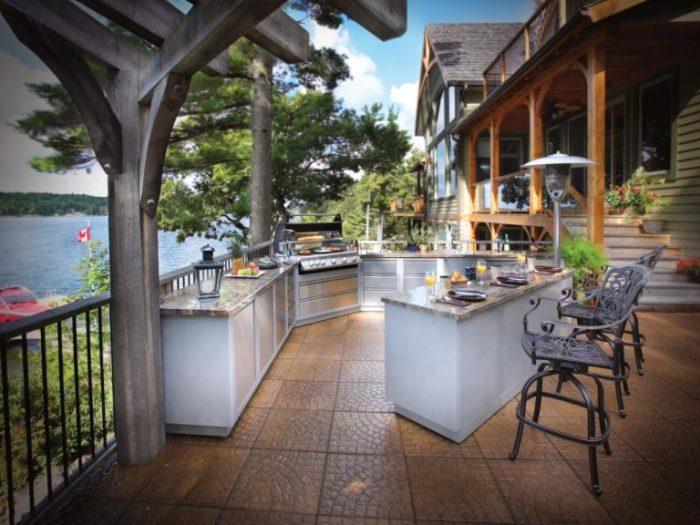 Ультрасовременная летняя кухня на территории загородного участка.