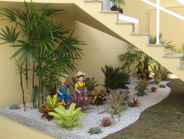 Небольшой искусственный сад станет отличным решением для оживления пространства.