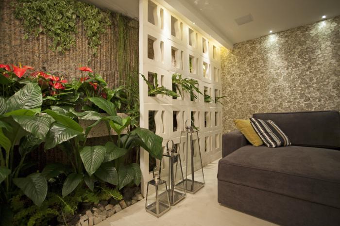 Искусственные растения создадут в интерьере гостиной комнаты спокойное и уютное место.