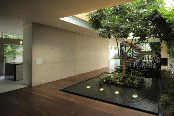 Красивое искусственное дерево в интерьере большого загородного дома.