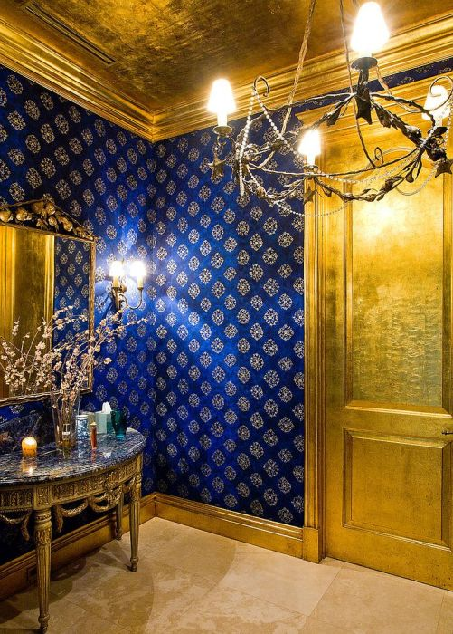 Оригинальный интерьер ванной комнаты в золотом цвете.