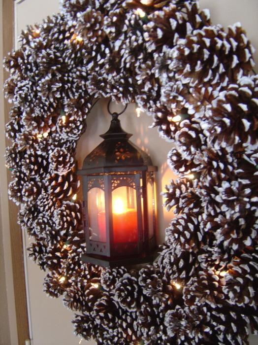 Несложная идея оригинальной поделки из сосновых и еловых шишек для новогоднего интерьера.