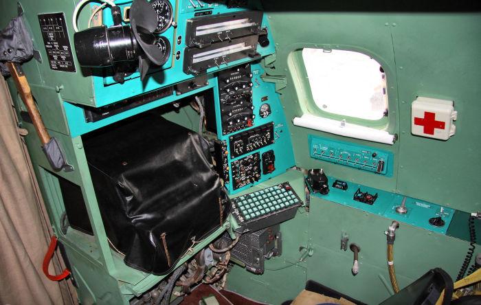 Рабочее место бортрадиста, отвечающего за состояние и работу всей радиоаппаратуры на самолете.