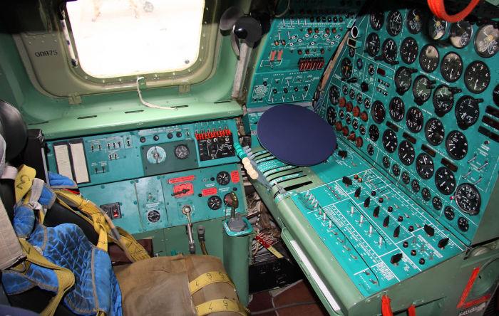 Рабочее место бортинженера, обеспечивающего контроль и управление силовыми установками и рядом самолётных систем во время полёта.