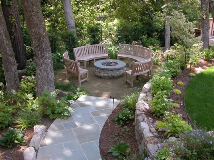 Камень в интерьере садового участка - долговечен и сочетается с любыми материалами.