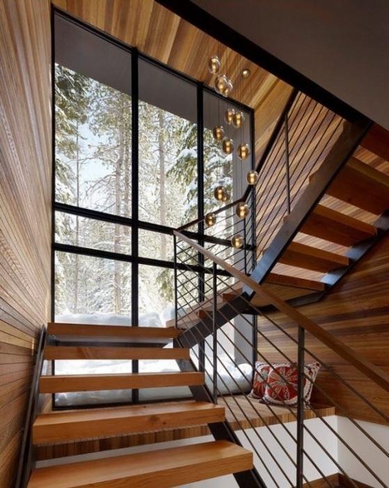 Деревянная лестница, украшенная декоративными нитями с бусинами, свисающими по всей высоте.