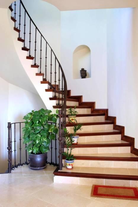 Минималистский дизайн лестницы из дерева и металла.