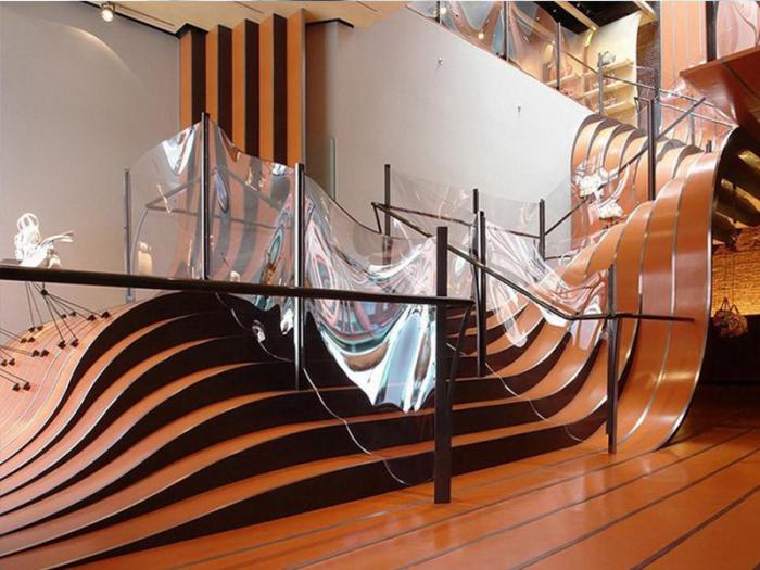 Лестница, к которой идеально сочетается прозрачный пластик и натуральная древесина.