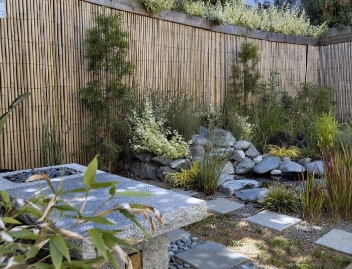 Ни один восточный ландшафтный дизайн не обходится без применения традиционных природных материалов.