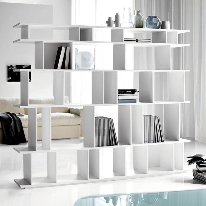 Белый стеллаж отлично впишется в светлый интерьер гостиной комнаты.