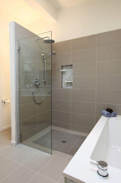 Традиционным вариантом является использование серого цвета в качестве основы для интерьера ванной комнаты, которая позволяет работать с яркими насыщенными палитрами.
