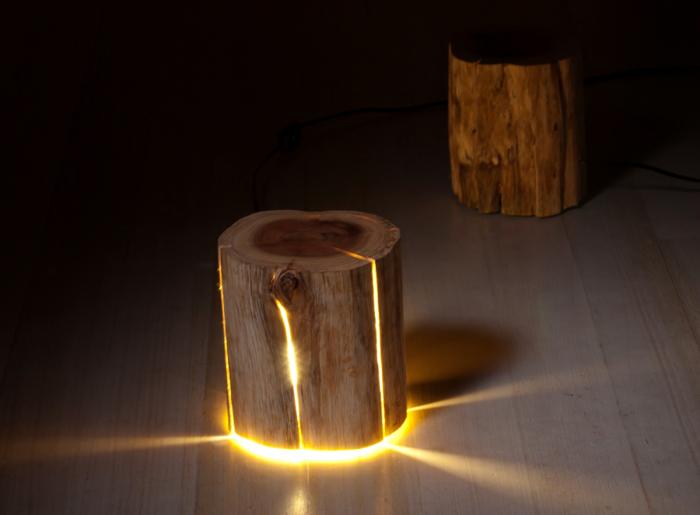 Светильник из необработанного деревянного пня, который позволит создать лёгкое и романтическое освещение в любом помещении.