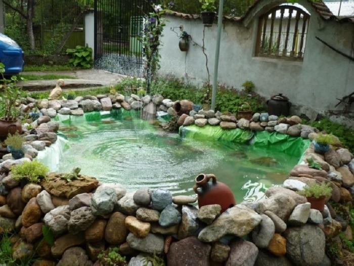 Небольшой фонтан на заднем дворе загородного дома.
