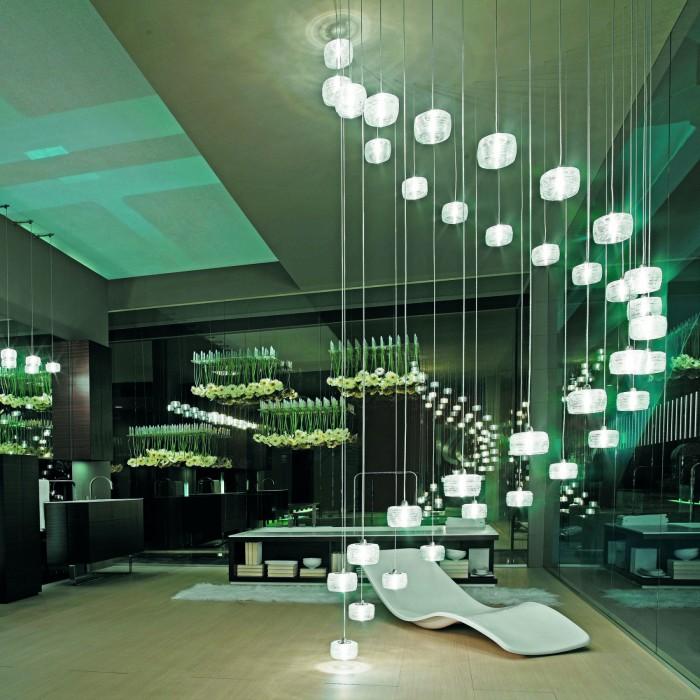 Светодиодные светильники создающие сказочную композицию в комнате.