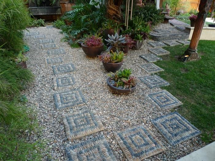 По-настоящему уникальная садовая дорожка, оформленная разноцветной галькой в виде мозаики.