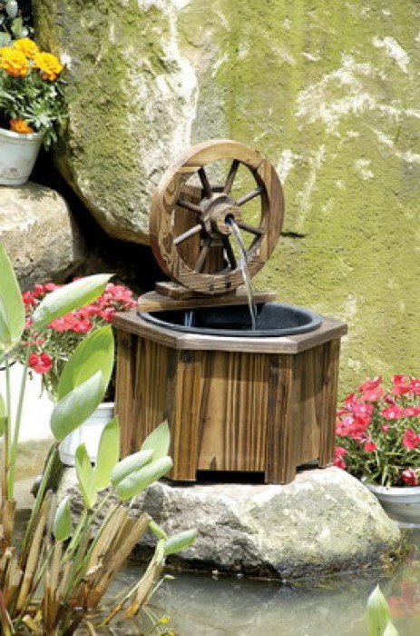 Небольшой деревянный фонтан в ландшафтном дизайне.