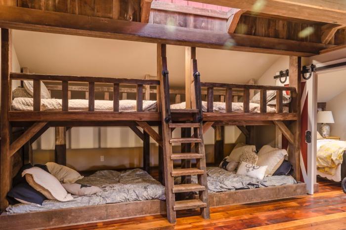 Две деревянные двухэтажные кровати с подсветкой в стиле тесно соседствующем с провансом.