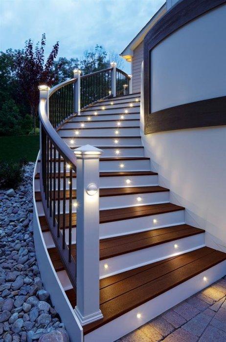 Яркое освещение лестницы на заднем дворе - практичное решение.