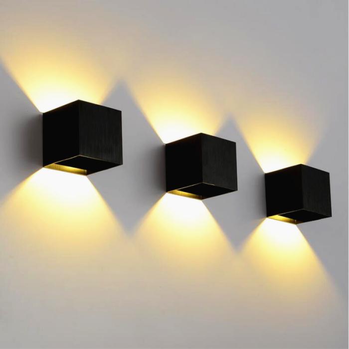 Оптимальным выбором для современного интерьера будут настенные светодиодные светильники правильной формы.