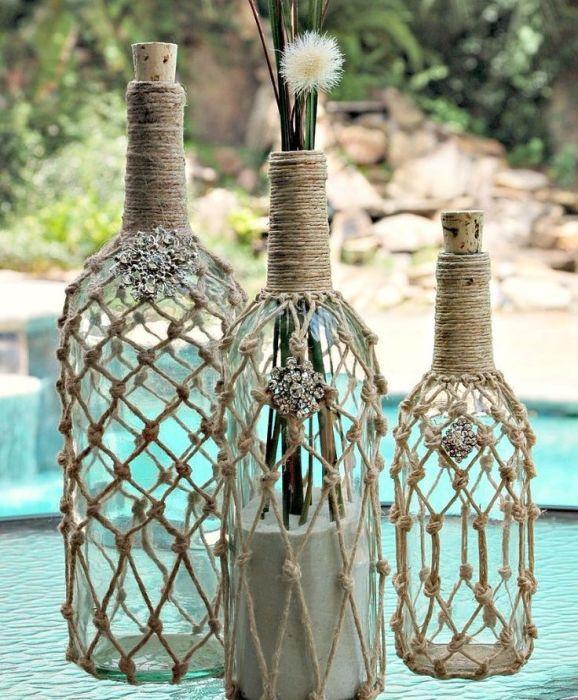 Украшенная бутылка с помощью простого плетения макраме.