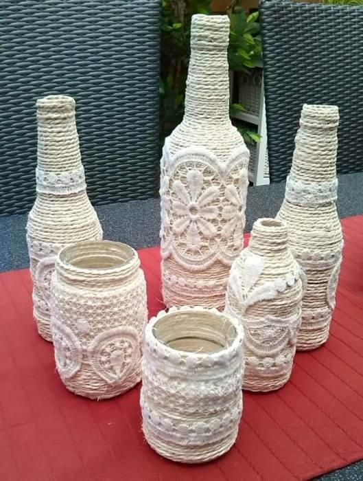 Стильные декоративные бутылки, украшенные сложными плетениями макраме.