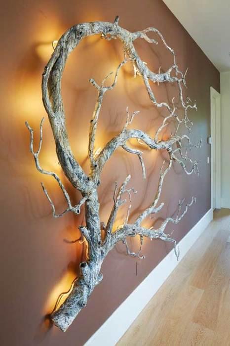 Оригинальный декор стены в виде дерева с подсветкой.