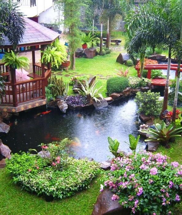 Задача для профессиональных дизайнеров - большой искусственный пруд с небольшой деревянной беседкой и мостиком.