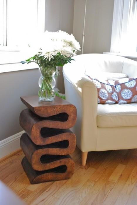 Компактная угловая тумбочка из красного дерева идеально впишется даже в небольшое помещение.