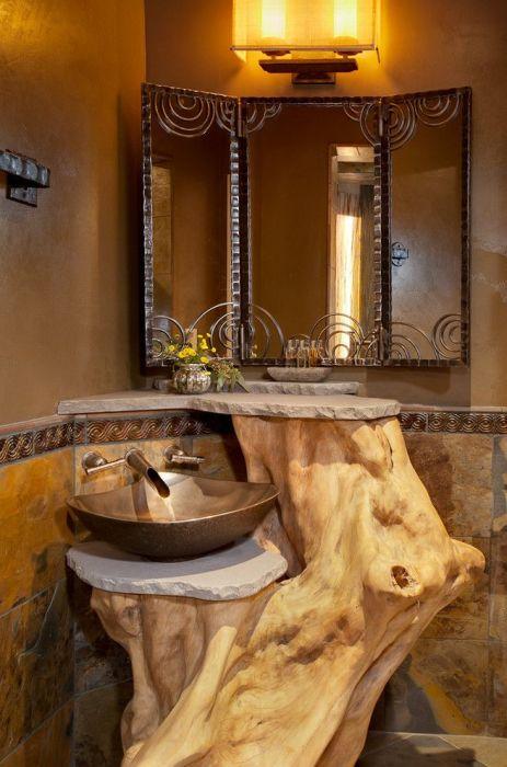 Подставка для раковины из коряги в ванной комнате.