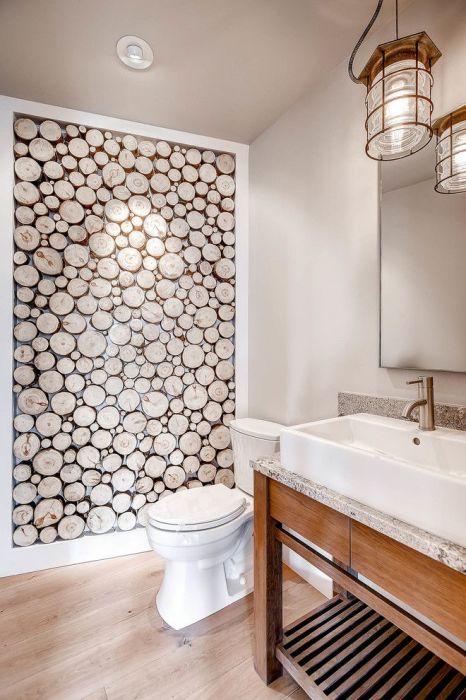 Декоративная стена из спилов дерева в ванной комнате.