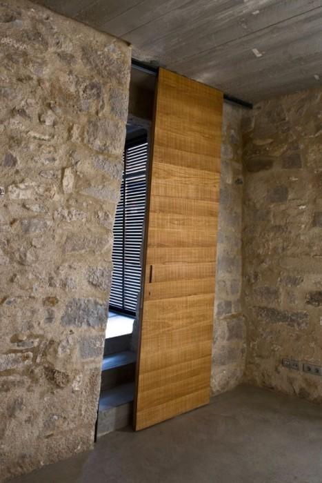 Деревянная межкомнатная дверь в форме параллелограмма.