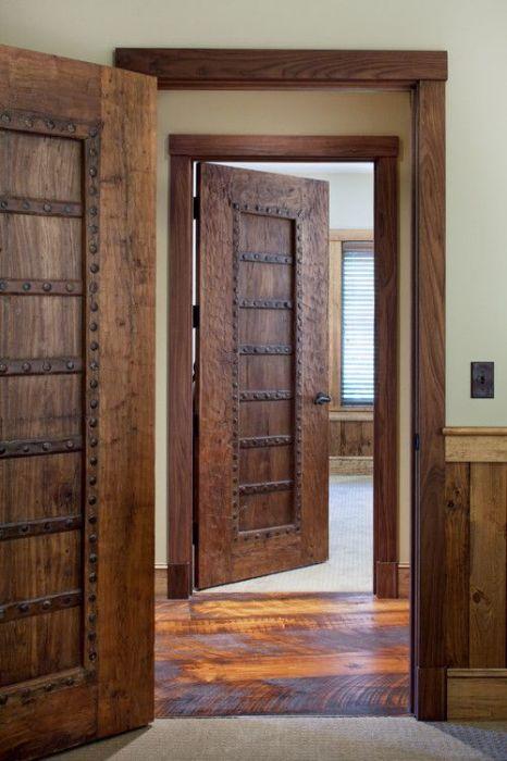Резные двери из натурального дерева смотрятся богато и очень стильно.